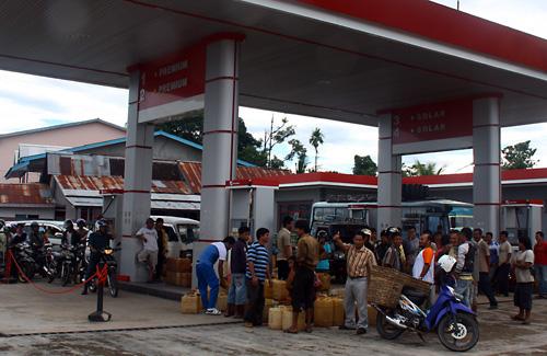 Tankstelle nachdem der Tanklaster neues Benzin brachte.