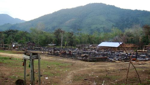 Langhaus Kampung Sawa nach dem Brand im Juli 2009