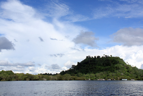 Blick auf die Insel/Berg Bukit Tekenang