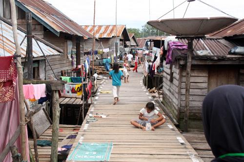 Die Siedlung Nanga Pengembung – komplett auf hohen Stelzen gebaut.