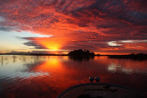 Sonnenuntergang in spektakulaeren Farben – nichts ungewoehnliches im Danau Sentarum Nationalpark.