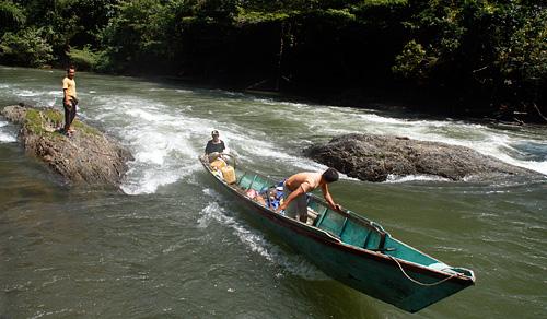 Mit dem Boot die Stromschnellen des Sibau-Flusses hinauf.
