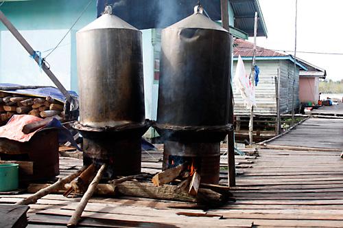 Die Fischwuerste werden in ueberdimensionierten Kochtoepfe gekocht.