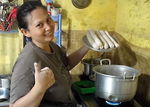 Und fertig sind die Kerupuk Basah – Besonders lecker von Ibu Susi, der Koechin unserer Kantine.