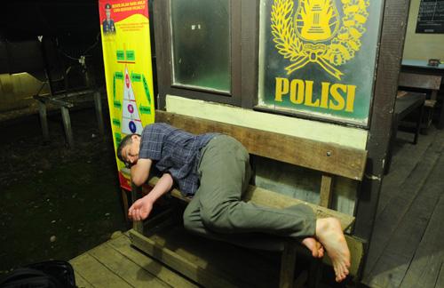 Polizei schikaniert Touristen bis spät in die Nacht.