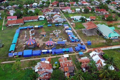 Einmal im Jahr kommt der Rummel (Pasar Malam) nach Putusisbau.