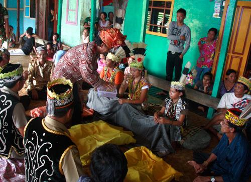 Zur Zeremonie der Federvergabe muss jeder, auch die Kinder, etwas Trinken.