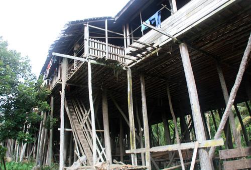 Uluk Palin – Ein traditionelles Langhaus auf hohen Stelzen.