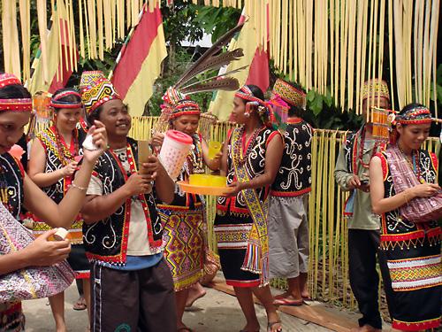 Empfang der Gaeste beim Gawai-Dayak