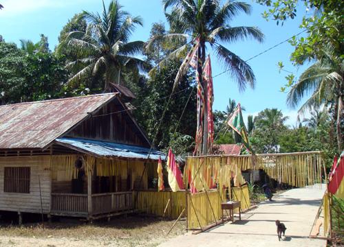 Geschmuecktes Balai Desa Ukit-Ukit – Gemeindehaus von Ukit-Ukit