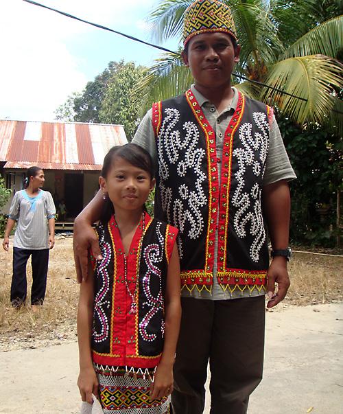 Enda und Pak in Dayak-Tamambaloh Tracht in Ukit Ukit