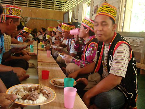 Guten Appetit! Das gemeinsame Mittagessen beim Gawei in Ukit-Ukit. Natuerlich mit Reis.