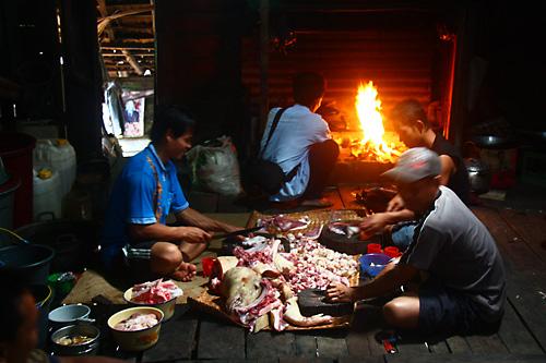 Schweinefleisch gilt als besondere Delikatesse bei den Dayak