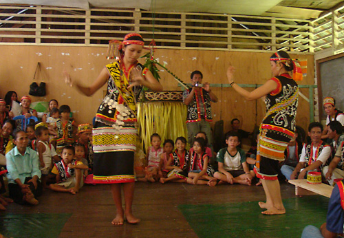 Tanz-Auffuehrung im Gemeindehaus von Ukit-Ukit zum Gawai