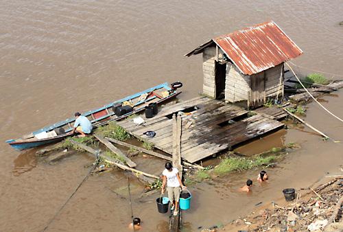 Das Fluss-Mandi. Badestellen, Toilette und Bootsanlegestelle in Einem.