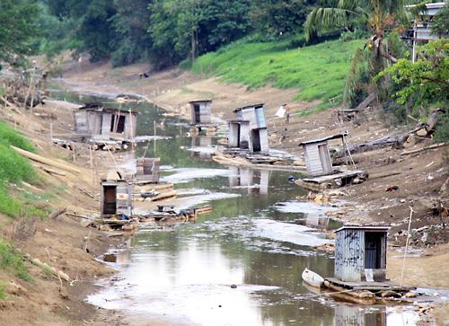 Trocken liegende Toiletten im fast ausgetrocknetem Flussbett eines Nebenarms des Sibau-Flusses in Putussibau.
