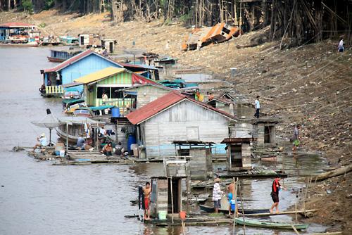 Schwimmende Toiletten/Badestellen am Kapuas Fluss.