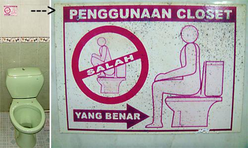 """Benutzungsanleitung fuer eine Western-Style Toilette – """"salah = Falsch"""" """"yang benar = So its's richtig""""."""