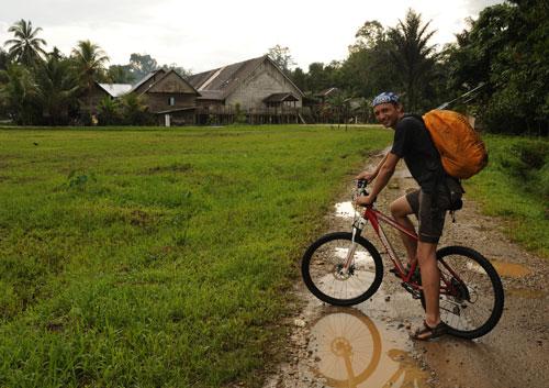 Mit dem Fahrrad zum Langhaus in Sungai Utik