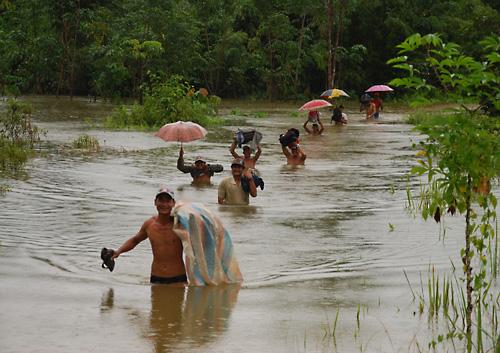 Hochwasser bei Sadap – Teilnehmer des Survei-Teams Sadap auf dem Weg zum Kartierungstraining.