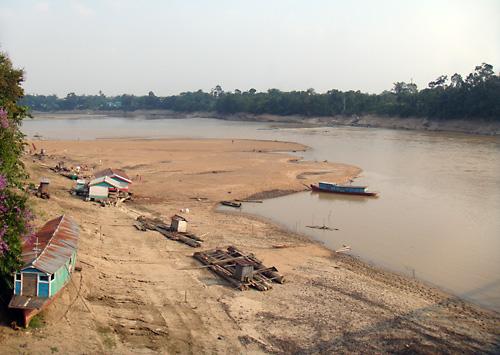Das Flussbett des wasserarmen Kapuas in Sintang.