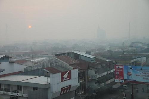 Die Stadt Pontianak in dichtem Haze und mit roter Sonne. Foto: O. Zieschang