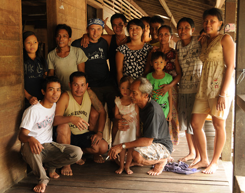 Die stets hilfsbereiten und freundlichen, neugierigen aber nie aufdringlichen Menschen in den Doerfern machen das Reisen in Kapuas Hulu zum Vergnuegen.