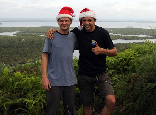 Die Weihnachtsmaenner auf Tour in Kapuas Hulu.